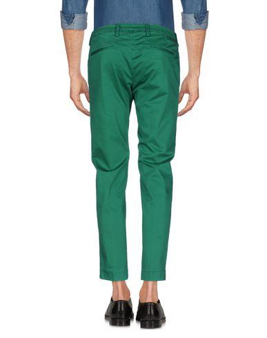 Фото 2 - Повседневные брюки от MICHAEL COAL изумрудно-зеленого цвета
