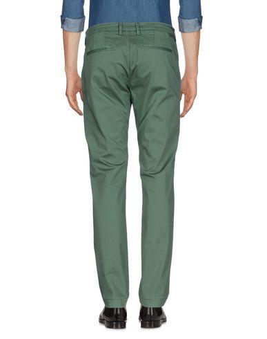 Фото 2 - Повседневные брюки от MICHAEL COAL зеленого цвета