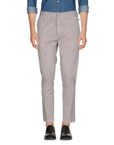 Фото - Повседневные брюки от N° 4 FOUR серого цвета