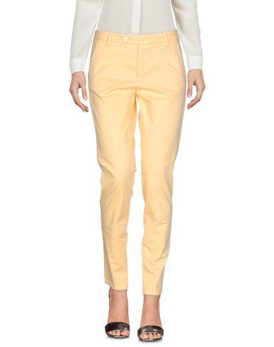 Фото - Повседневные брюки от MICHAEL COAL светло-желтого цвета