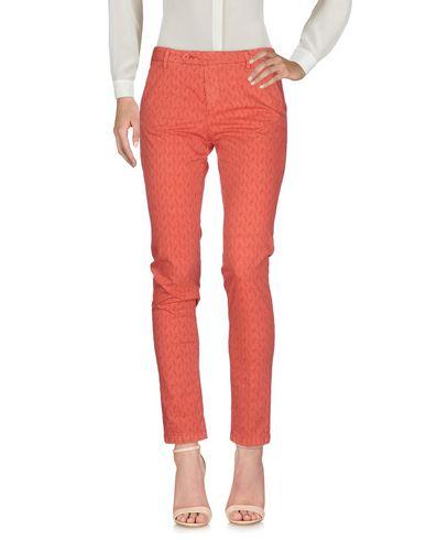 Фото - Повседневные брюки от MICHAEL COAL кораллового цвета