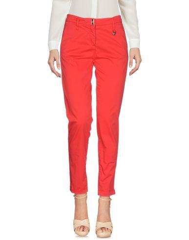 Фото - Повседневные брюки от VDP CLUB красного цвета