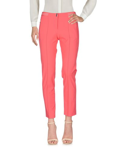 Фото - Повседневные брюки от VDP CLUB кораллового цвета