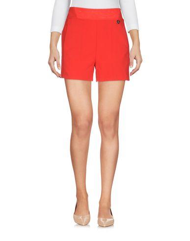 Фото - Повседневные шорты красного цвета