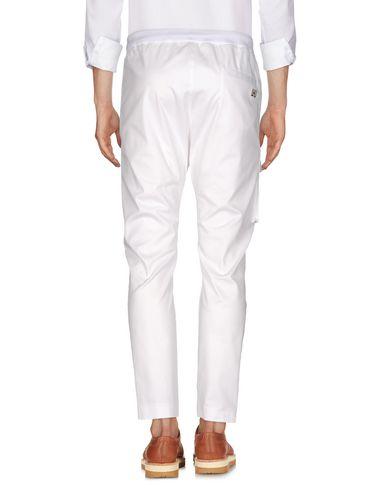 Фото 2 - Повседневные брюки от URBAN LES HOMMES белого цвета