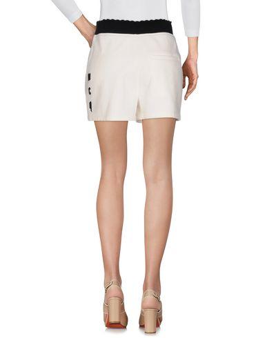 Фото 2 - Повседневные шорты от McQ Alexander McQueen белого цвета