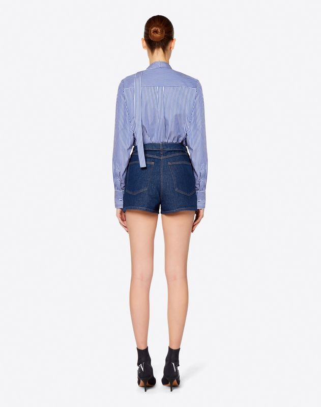 Short en denim bleu avec broderies papillons
