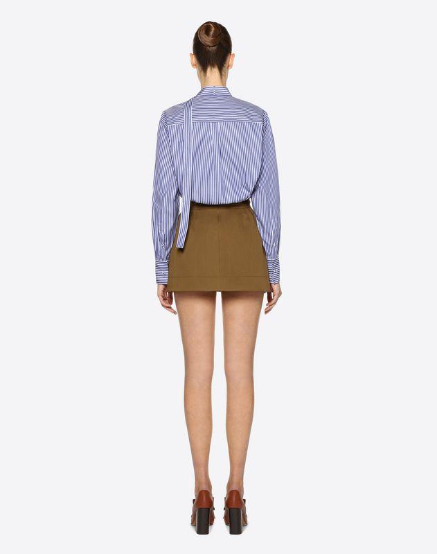 Shorts aus Gabardine-Baumwollstretch mit goldfarbenem V-Gürtel