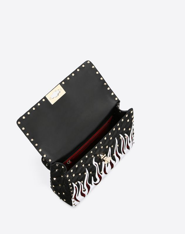 Bolso mediano Rockstud Spike.it con llamas bordadas