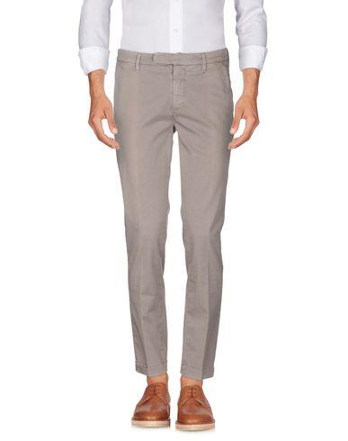 Фото 2 - Повседневные брюки от SIVIGLIA WHITE цвета хаки