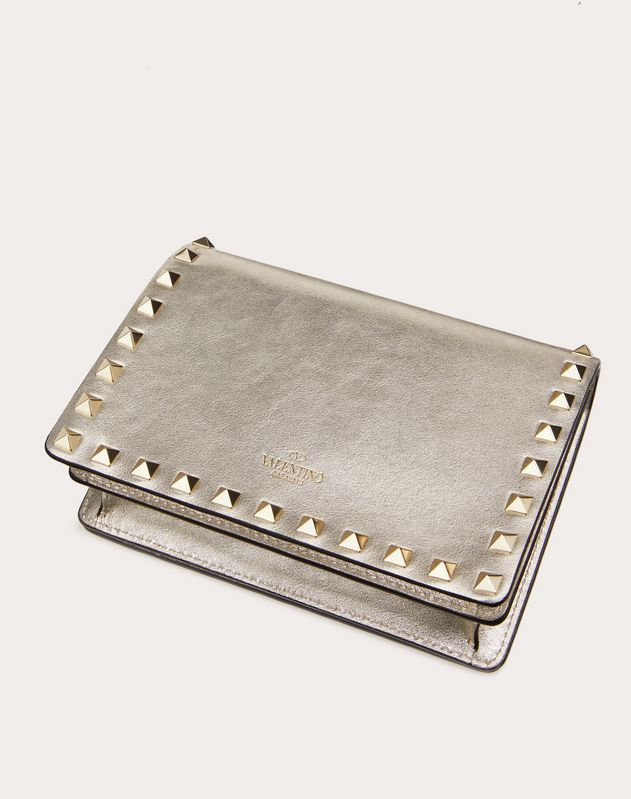 ROCKSTUD METALLIC CALFSKIN POUCH WITH CHAIN STRAP