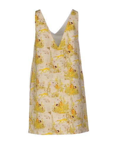 Фото 2 - Женское короткое платье DOUUOD бежевого цвета