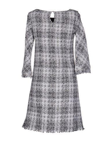Фото 2 - Женское короткое платье LES BLANC светло-серого цвета