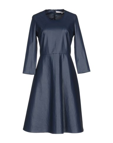 Фото - Платье до колена темно-синего цвета
