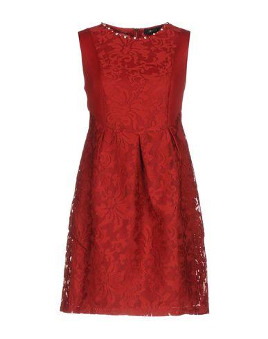 Фото - Женское короткое платье TENQS красного цвета
