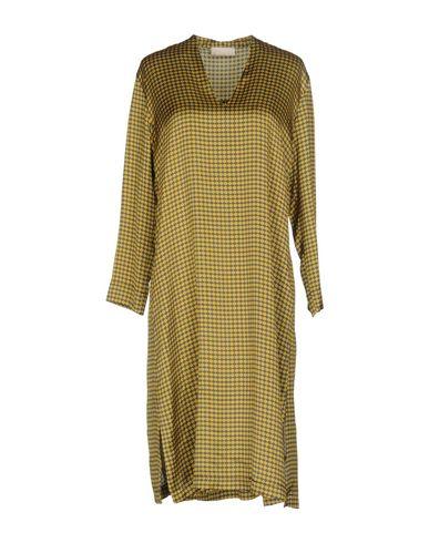 Фото - Платье до колена от MOMONÍ желтого цвета