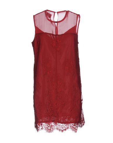 Фото 2 - Женское короткое платье JOVONNA красного цвета