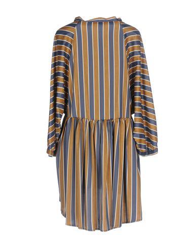 Фото 2 - Женское короткое платье  цвета хаки