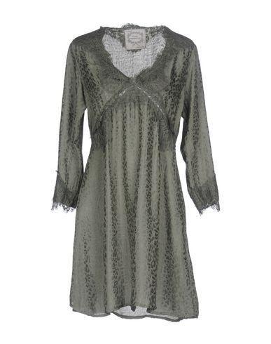 Фото - Женское короткое платье PINK MEMORIES цвет зеленый-милитари