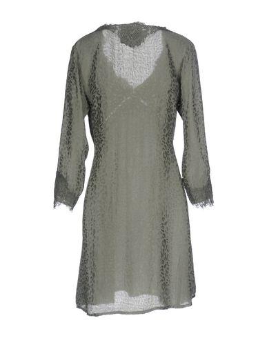 Фото 2 - Женское короткое платье PINK MEMORIES цвет зеленый-милитари