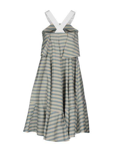 Фото 2 - Платье до колена светло-серого цвета
