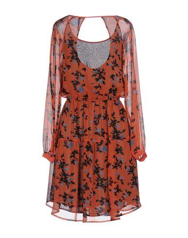 Фото 2 - Женское короткое платье  ржаво-коричневого цвета