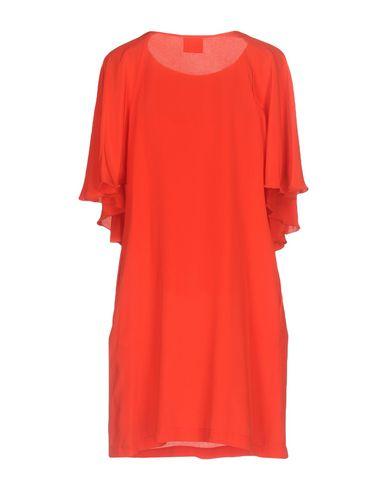 Фото 2 - Женское короткое платье DOUUOD красного цвета