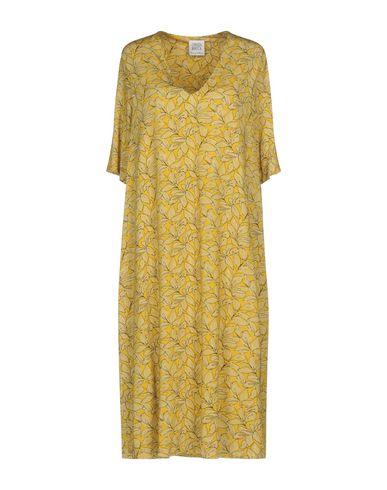 Фото - Платье до колена желтого цвета