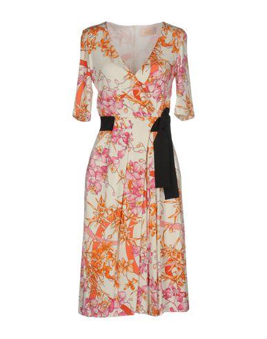 Фото - Платье до колена от VDP COLLECTION белого цвета