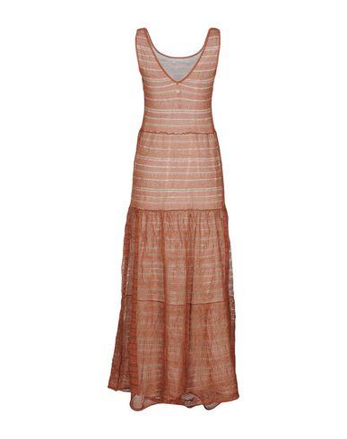 Фото 2 - Женское длинное платье  ржаво-коричневого цвета