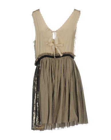 Фото 2 - Женское короткое платье  светло-серого цвета