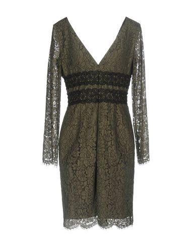 Фото 2 - Женское короткое платье  цвет зеленый-милитари