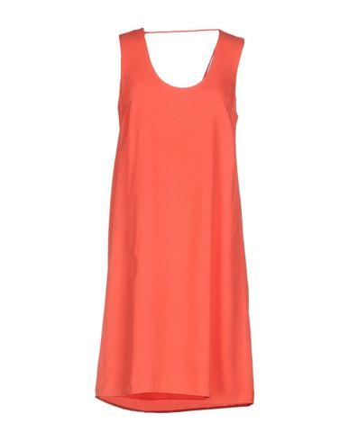 Фото - Женское короткое платье  кораллового цвета