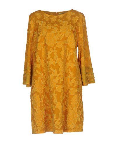 Фото - Женское короткое платье  цвет охра