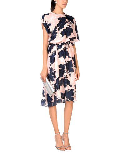 Фото 2 - Платье длиной 3/4 от CEDRIC CHARLIER розового цвета