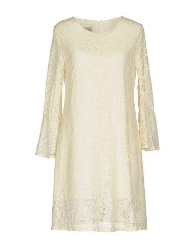 Фото - Женское короткое платье PINK MEMORIES бежевого цвета