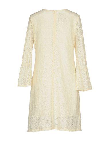 Фото 2 - Женское короткое платье PINK MEMORIES бежевого цвета