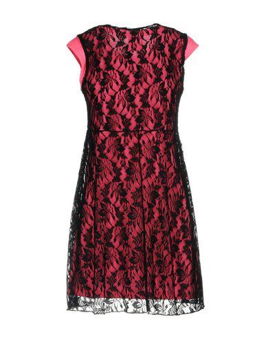 Фото 2 - Женское короткое платье FOLLOW US цвета фуксия