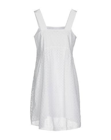 Фото 2 - Женское короткое платье P.A.R.O.S.H. белого цвета