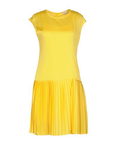 Фото - Женское короткое платье BERNA желтого цвета