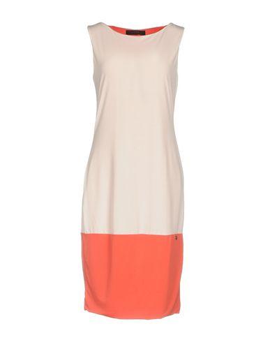 Фото - Платье до колена лососево-розового цвета