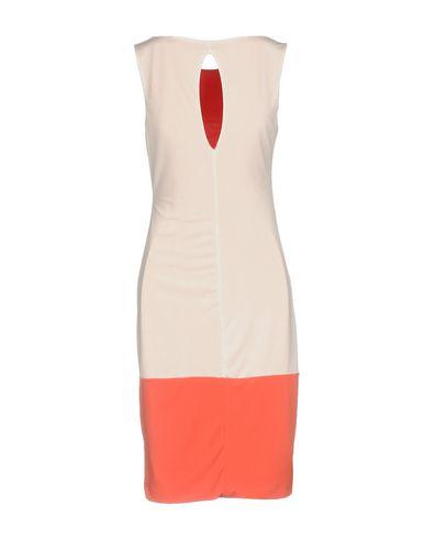 Фото 2 - Платье до колена лососево-розового цвета