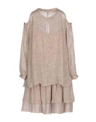Фото 2 - Женское короткое платье  розового цвета