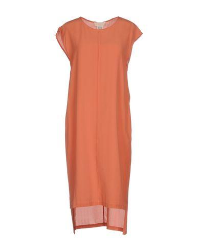 Фото - Платье до колена кораллового цвета