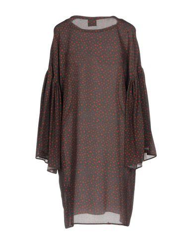 Фото 2 - Женское короткое платье DOUUOD темно-коричневого цвета