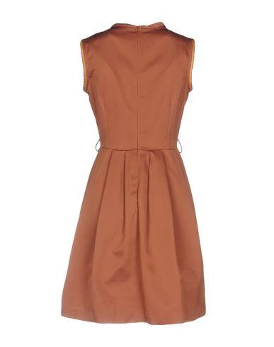 Фото 2 - Женское короткое платье  коричневого цвета