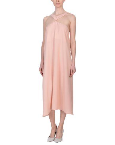 Фото 2 - Женское длинное платье JOVONNA розового цвета
