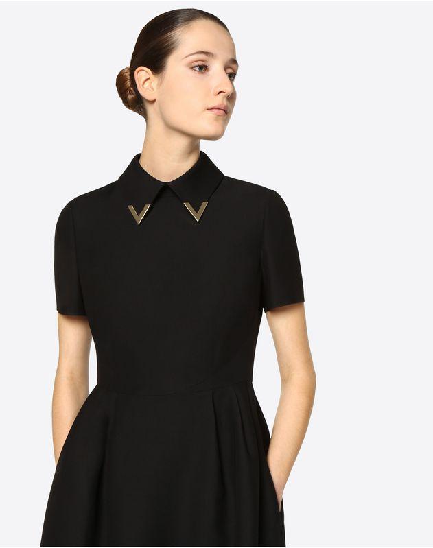 Robe en crêpe couture avec détails V dorés