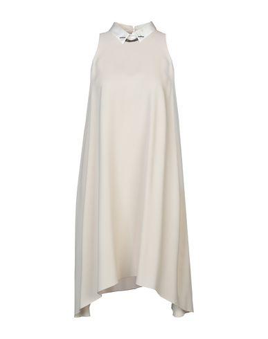 Фото - Платье до колена бежевого цвета