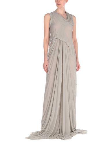 Фото 2 - Женское длинное платье  светло-серого цвета